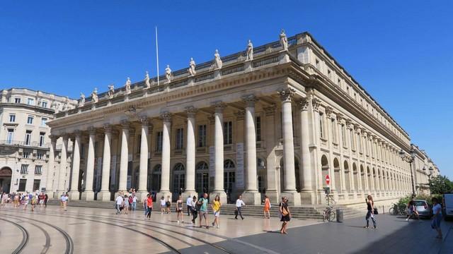 Grand-Theatre y la Place de la Comédie